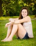 Glückliches Jugend- oder jugendliches Mädchen draußen Stockfotos
