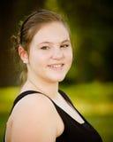 Glückliches Jugend- oder jugendliches Mädchen draußen Stockfotografie