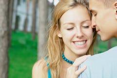 Glückliches jugendlich Mädchen mit einem Jungen am Park Stockbild