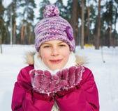 Glückliches jugendlich Mädchen mit Schnee Lizenzfreies Stockbild