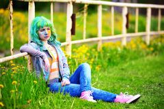 Glückliches junges Mädchen des Porträts auf holi Farbfestival über einen alten Zaun Stockfotografie