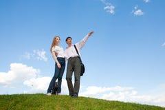 Glückliches junges Paarschauen Lizenzfreie Stockfotografie