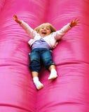Glückliches Kind, das auf Plättchen spielt Stockfoto