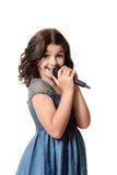 Glückliches Kind, das mit Mikrofon singt Stockbild