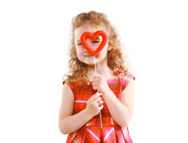 Glückliches kleines Mädchen, das durch das Herz schaut Lizenzfreies Stockbild