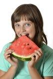 Glückliches kleines Mädchen, das Melone isst Lizenzfreies Stockfoto