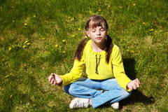 Glückliches kleines Mädchen im Park Stockbild