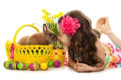 Glückliches kleines Mädchen mit Ostern-Kaninchen und -eiern Stockfoto