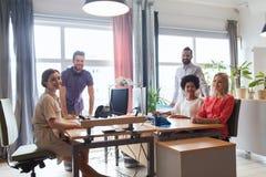 Glückliches kreatives Team im Büro Stockbild