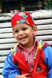 Glückliches Lachen des kleinen Jungen Stockfoto
