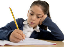 Glückliches lateinisches Schreiben des kleinen Mädchens herein zurück zu Schule und Bildungskonzept Stockbild