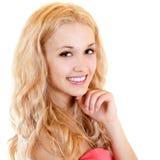 Glückliches Lächeln der jungen Schönheit mit dem langen blonden Haar Lizenzfreie Stockfotos