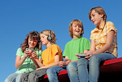 Glückliches lächelndes Kindspielen der Gruppe Stockfotografie