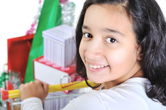 Glückliches lächelndes Mädchen mit Einkaufswagen Stockfotos