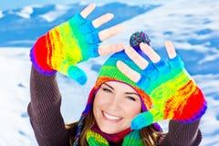 Glückliches lächelndes Mädchenportrait, Winterspaß im Freien Stockbild