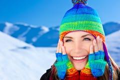 Glückliches lächelndes Mädchenportrait, Winterspaß im Freien Stockbilder