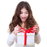 Glückliches Mädchen, das Geschenk empfängt Lizenzfreie Stockfotos