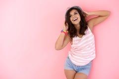 Glückliches Mädchen, das im Hut aufwirft Stockbilder