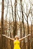Glückliches Mädchen, das Natur genießt Stockfotos