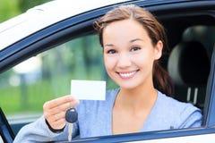 Glückliches Mädchen in einem Auto Lizenzfreies Stockfoto