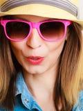 Glückliches Mädchen im Sommer kleidet, lächelnder Frauentourist Stockbilder