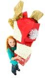 Glückliches Mädchen-Kind-tragender Stapel Geschenk-Kästen Stockfotos