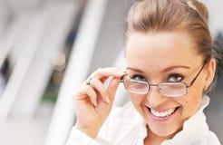 Glückliches Mädchen mit Gläsern Lizenzfreie Stockfotografie