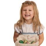 Glückliches Mädchen und ein Korb der Ostereier Stockfotos