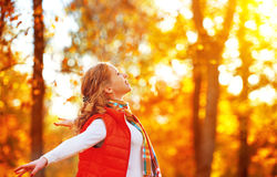 Glückliches Mädchen, welches das Leben und Freiheit im Herbst auf Natur genießt Stockbild