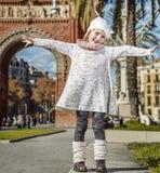 Glückliches modisches Mädchen in Barcelona, Spanien Freuen Stockbild