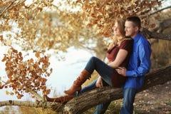 Glückliches Paar auf erstem Datum Stockfotos