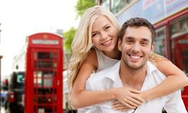 Glückliches Paar, das über London-Stadtstraße umarmt Stockbild