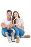 Glückliches Paar, das Hausform hält Stockbild