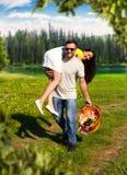 Glückliches Paar, das Spaß auf Natur hat Stockfotos