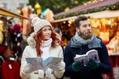 Glückliches Paar mit Karten- und Stadtführer in der alten Stadt Lizenzfreies Stockfoto