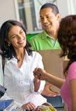 Glückliches Paareinkaufen im Supermarkt Lizenzfreies Stockfoto