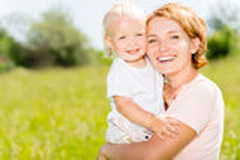 Glückliches Porträt des Mutter- und Kleinkindsohns im Freien Lizenzfreies Stockbild