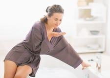 Glückliches riechendes Badesalz der jungen Frau Lizenzfreies Stockfoto