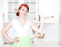 Glückliches schönes Hausfraudarstellen Stockfotos