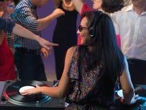 Glückliches Tanzen der jungen Leute im Nachtclub Stockbilder