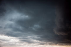 Gleam ensolarado entre nuvens pretas imagens de stock royalty free