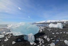 Gleczeru lód na brzeg czarna piasek plaża Obrazy Stock