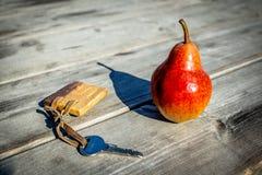 Gleicher und Schlüssel auf dem Holztisch stockbilder