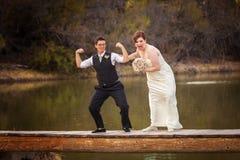 Gleichgeschlechtliche Paare, die Spaß am See haben stockbilder