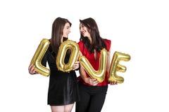 Gleichgeschlechtliches Liebeskonzept Zwei schöne Fraufrauenmädchen von lgbt Gemeinschaft mit langem herrlichem Haar am 14. Februa Stockfotografie