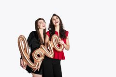 Gleichgeschlechtliches Liebeskonzept Zwei schöne Fraufrauenmädchen von lgbt Gemeinschaft mit langem herrlichem Haar am 14. Februa Lizenzfreie Stockbilder