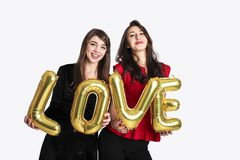Gleichgeschlechtliches Liebeskonzept Zwei schöne Fraufrauenmädchen von lgbt Gemeinschaft mit langem herrlichem Haar am 14. Februa Stockbilder
