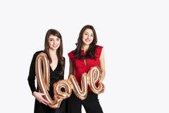 Gleichgeschlechtliches Liebeskonzept Zwei schöne Fraufrauenmädchen von lgbt Gemeinschaft mit langem herrlichem Haar am 14. Februa Stockfotos