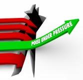Gleichgewicht unter Druck-Pfeil steigt über das Loch, das Herausforderung überwindt Stockfotos