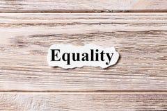 Gleichheit des Wortes auf Papier Konzept Wörter der Gleichheit auf einem hölzernen Hintergrund Stockfotos